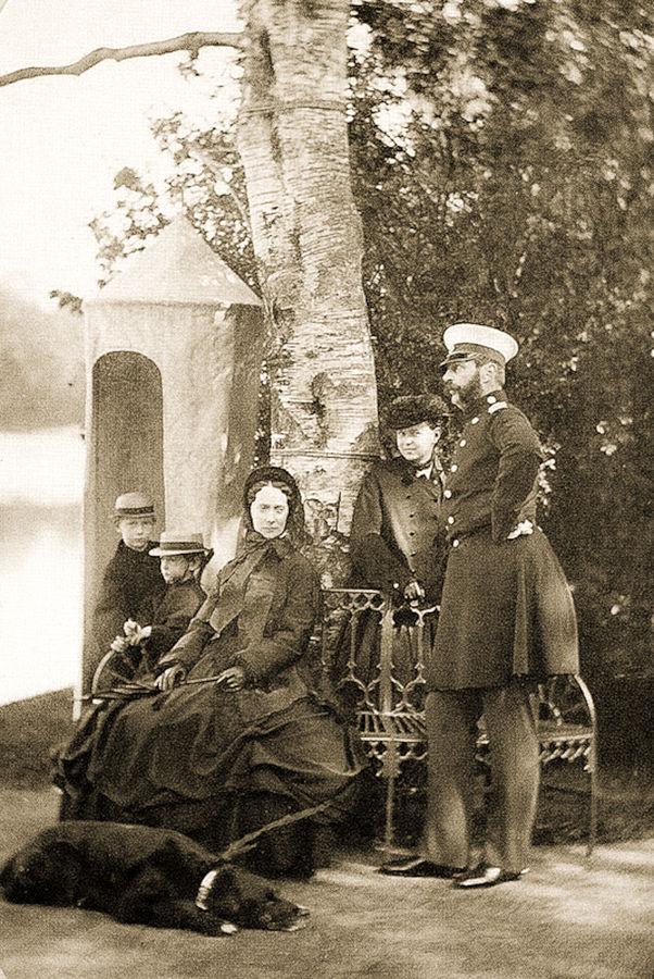 Александр II с Марией Александровной и детьми, 1864 г.