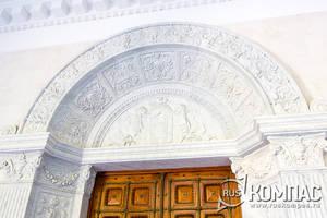 Мраморная арка с гербом и девизом Дома Романовых