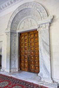 Входная дубовая дверь во дворец