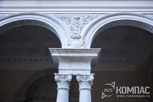 Входная колоннада с мраморными картушами