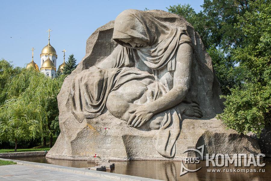 Монумент «Скорбь матери» над Озером слёз