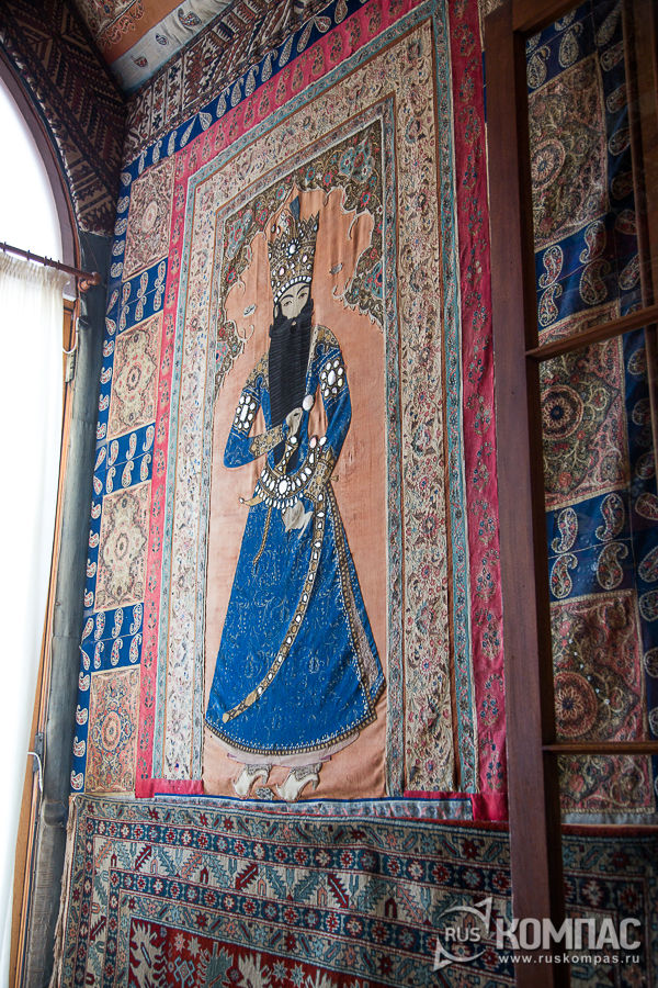 Персидкая вышивка в южном тамбуре вестибюля, с изображением шаха Фехт Али