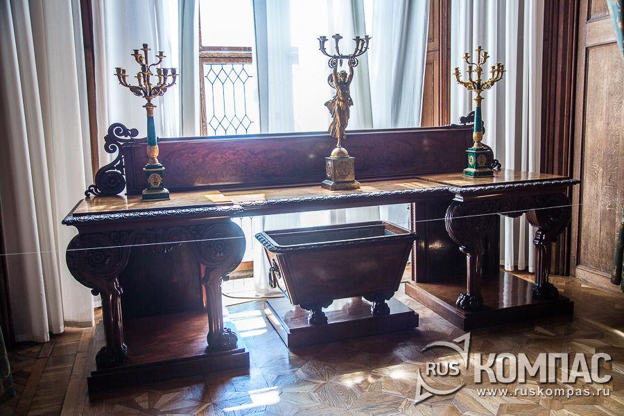 Стол и ванночка для охлаждения вин в парадной столовой