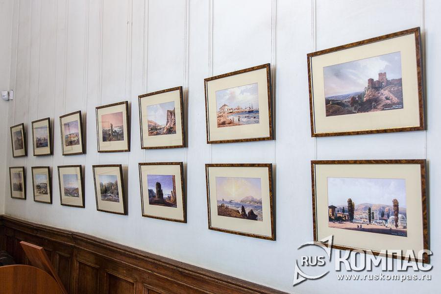 Гравюры на стенах коридора