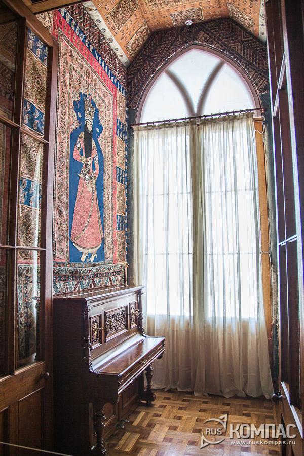 Южный тамбур вестибюля, украшенный персидкой вышивкой