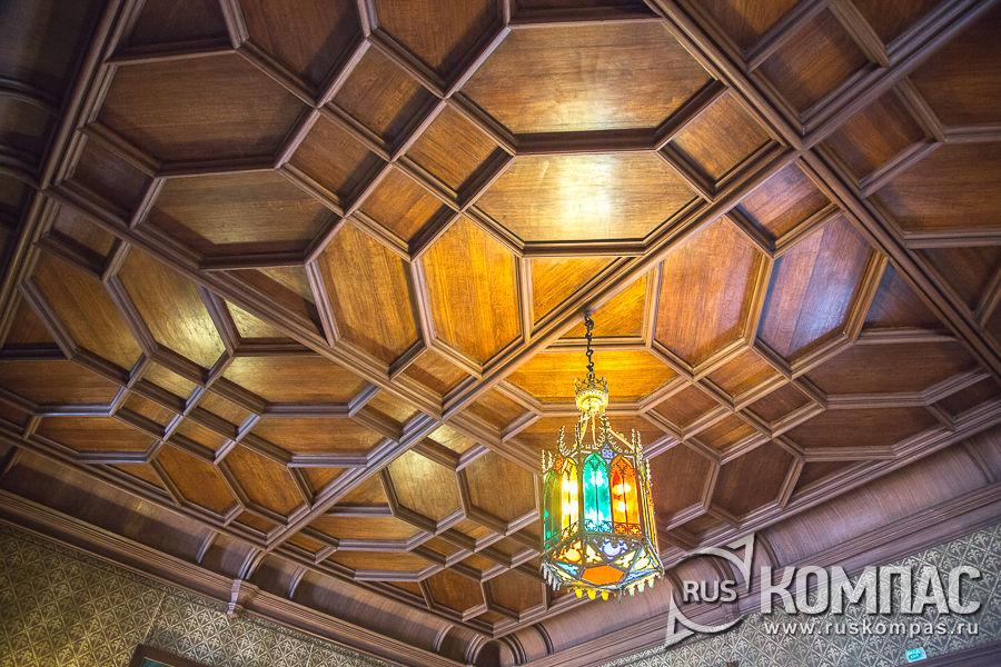 Дубовый потолок парадного вестибюля