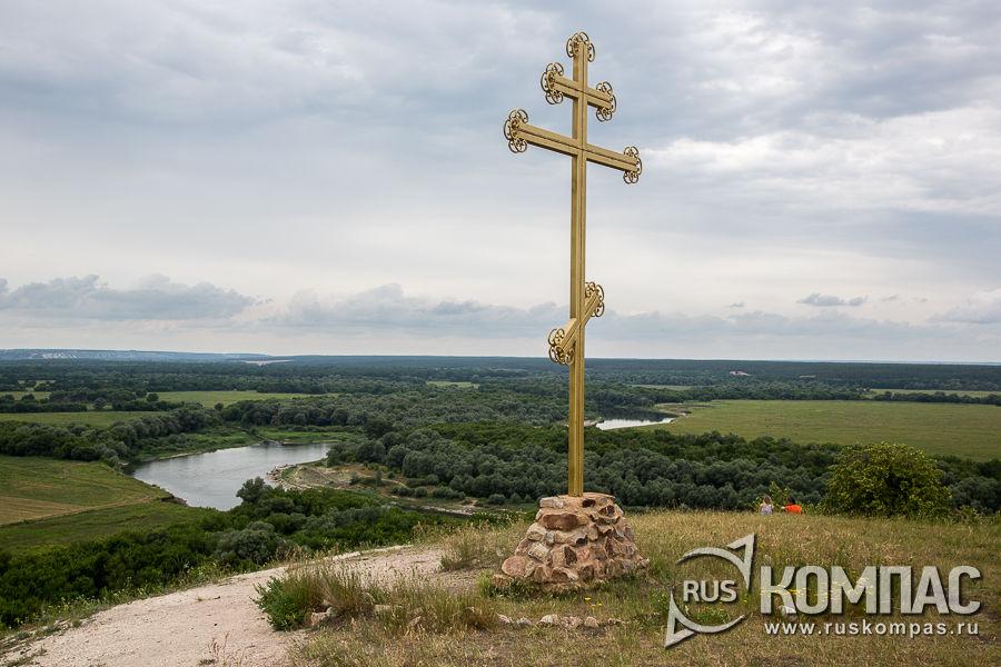 Крест на холме в Малых Дивах