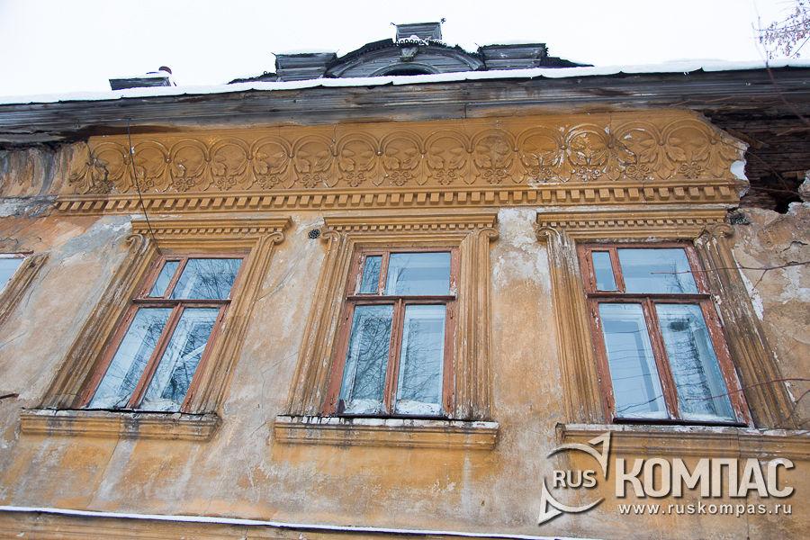 Остатки лепнины и окна дома Мышкина