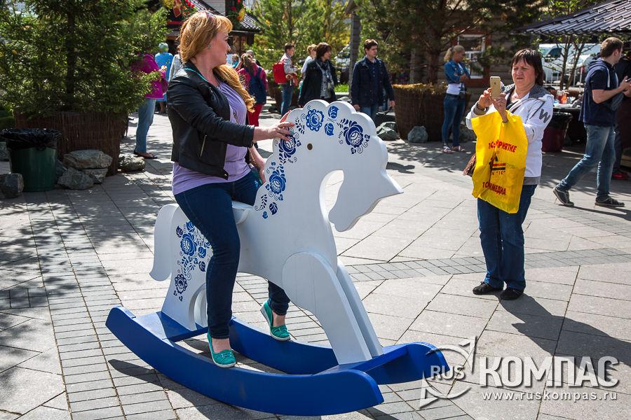 На фестивале «Наш продукт» деревянные лошадки расчитаны на любой вес седока