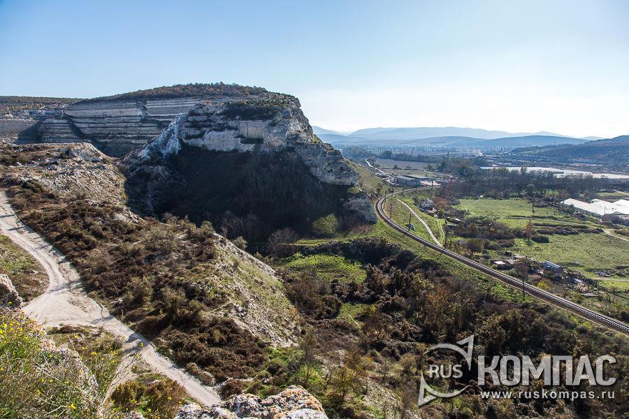 Под Монастырской скалой проходит железная дорога