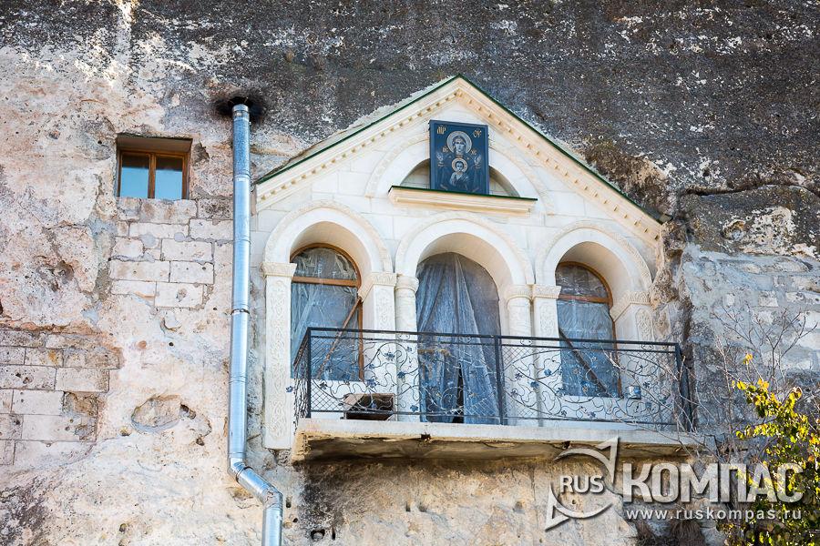 Окна церкви святого Климента (бывшая Георгиевская), вырубленная в скале
