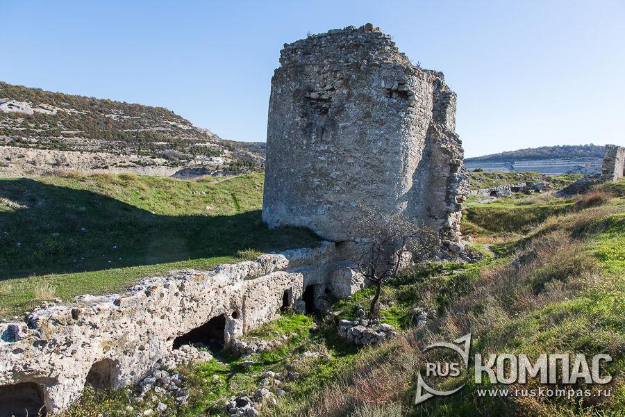 Вторая башня крепости Каламита с сухим рвом-ловушкой