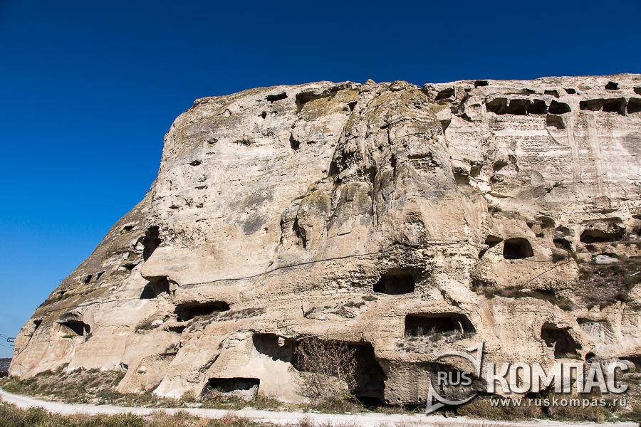 Монастырские кельи в скалах