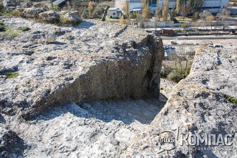 Лестница, вырубленная в скале, ведущая в пещерный храм