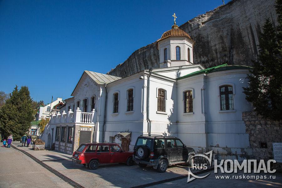 Братский корпус и храм Святой Троицы в Свято-Климентовском пещерном монастыре