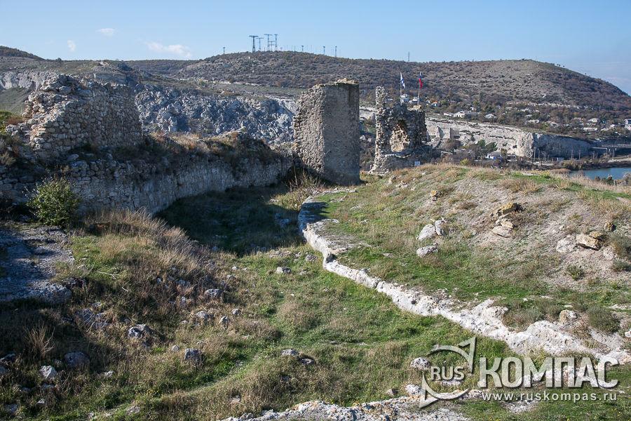 Остатки сухого рва-ловушки и каменной стены крепости Каламита