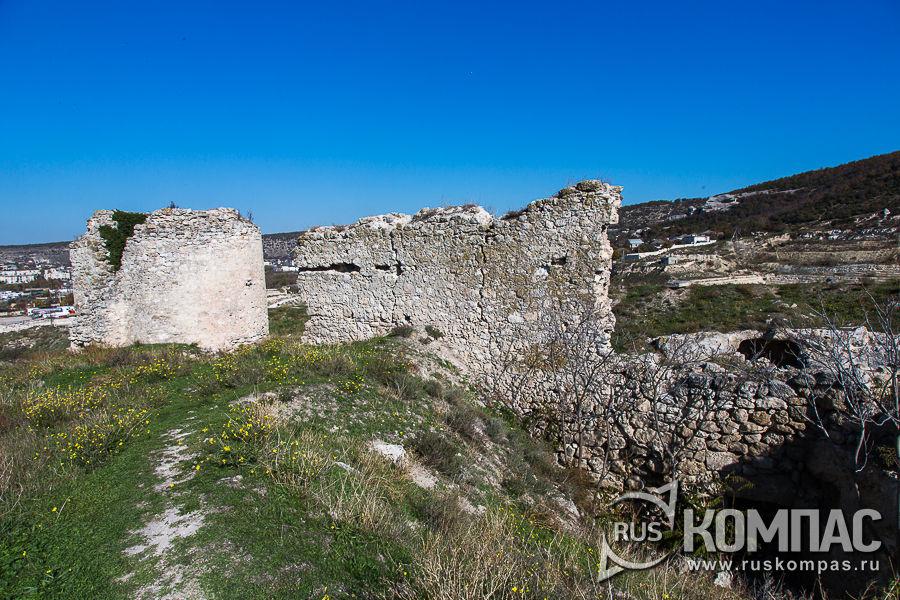 Остатки стены и башни у северной границы крепости