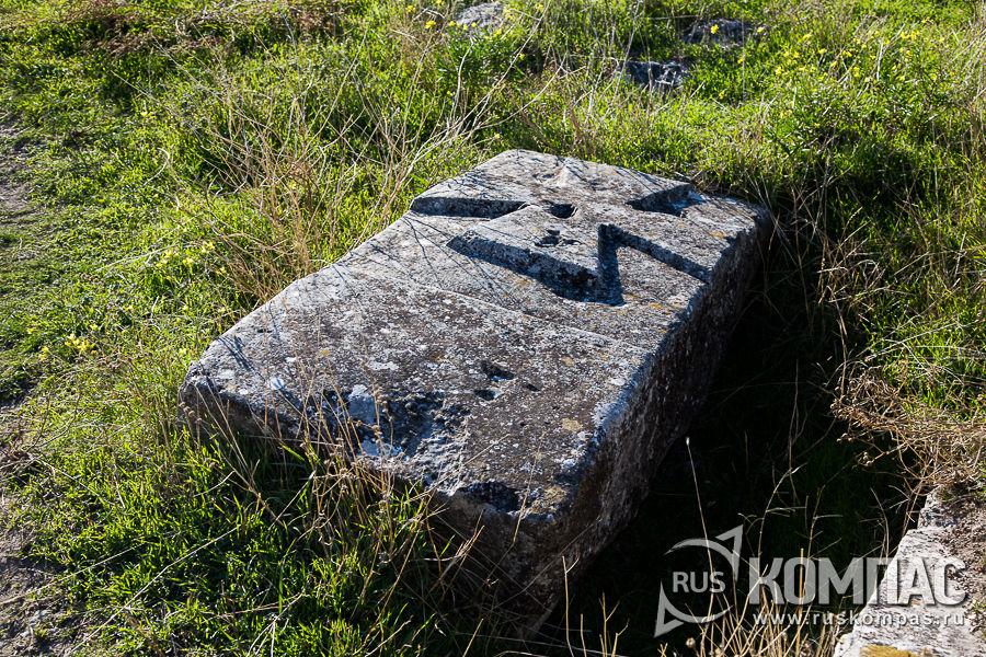 Каменные плиты на заброшенном кладбище в округе крепости Каламита