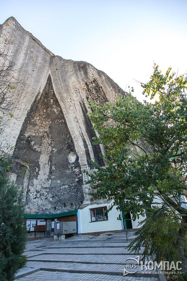 Дворик перед входом в пещерные храмы Свято-Климентовского монастыря