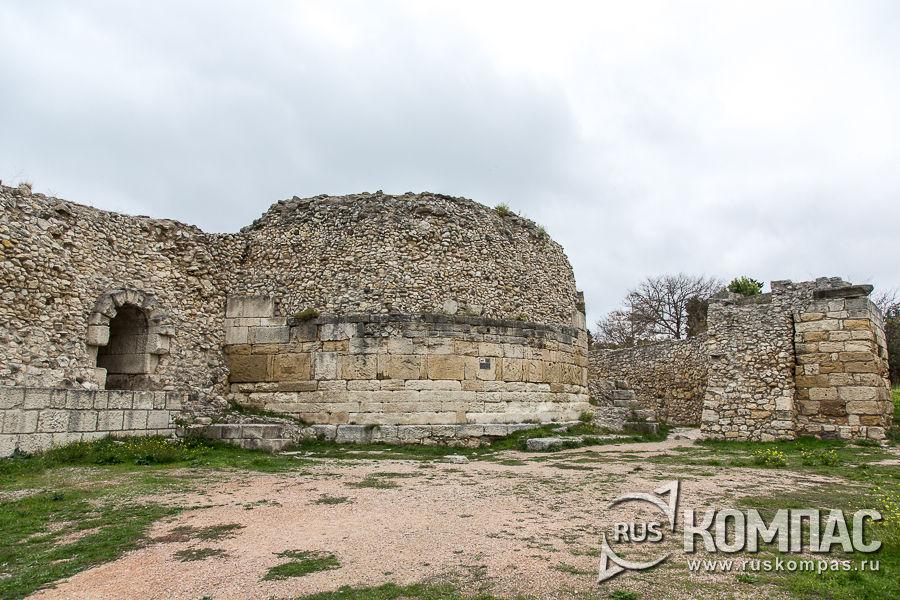 Башня Зенона с частью внешней стены (справа)