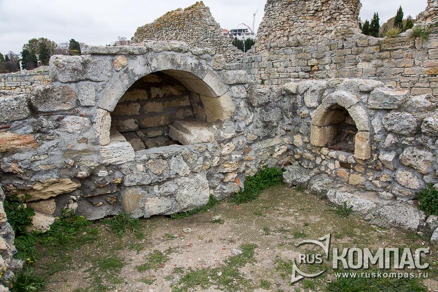 Внутри храма с аркосолями
