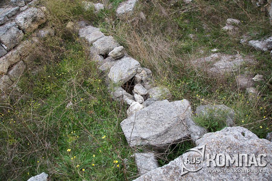Водовод, закрытый сверху камнями