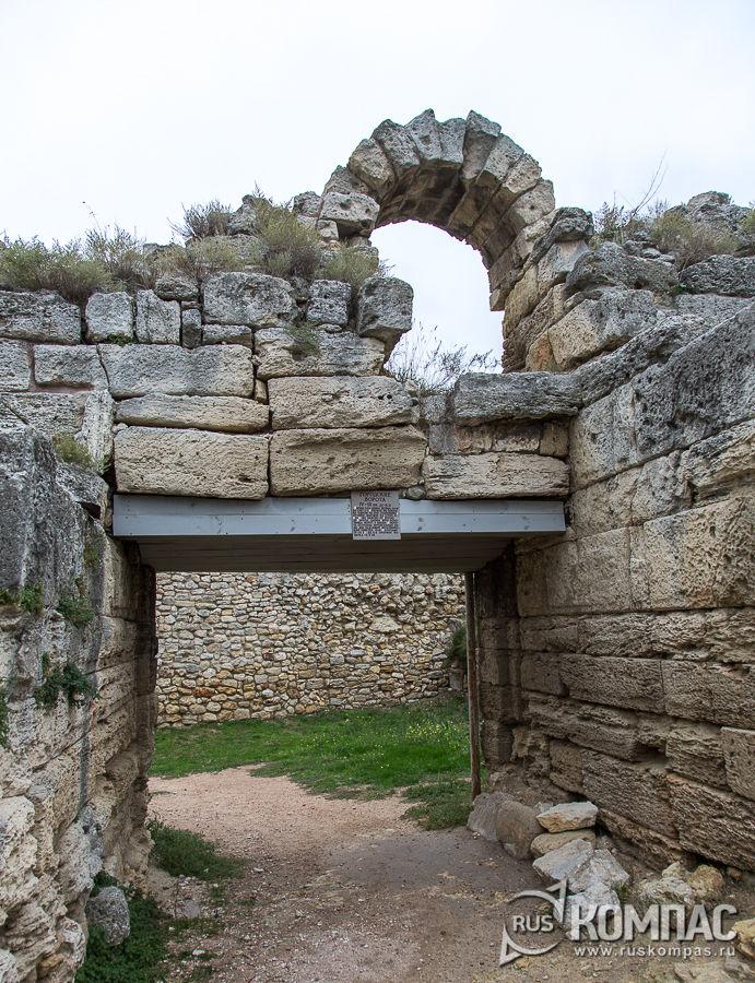 Калитка над боковыми воротами, IХ-Х века