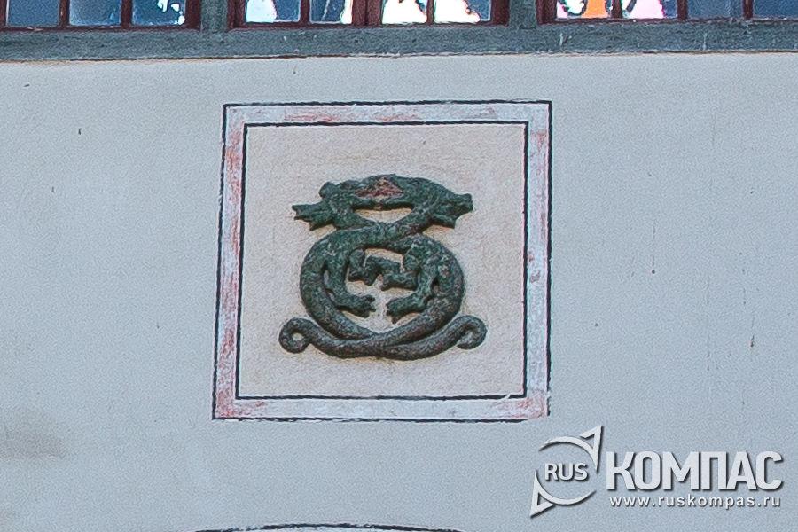Фамильным герб Гиреев на воротах Ханского жворца