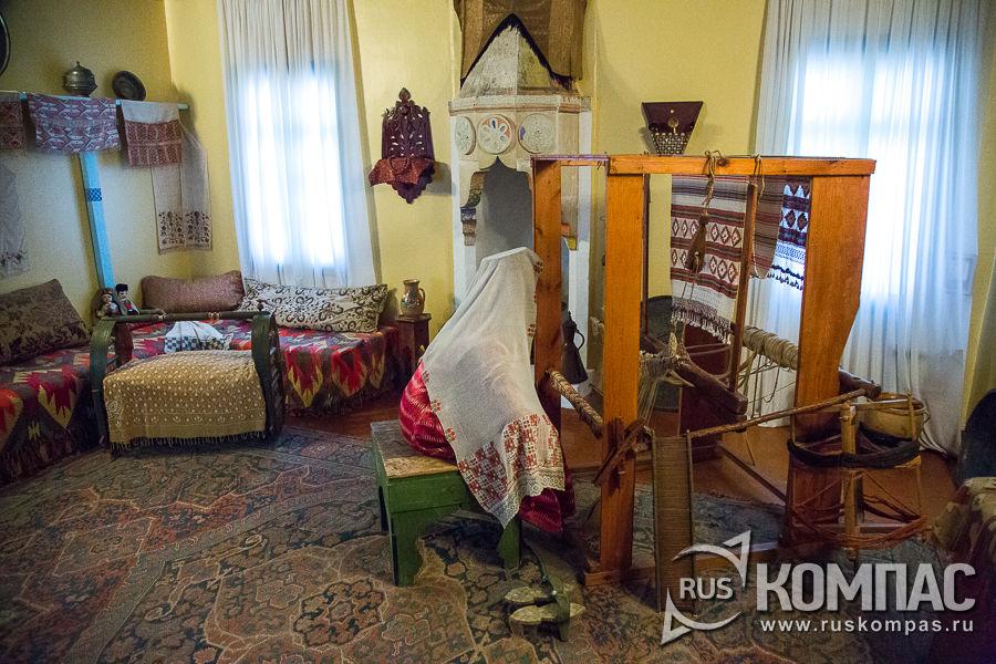 Этнографическая выставка «Жилая комната крымскотатарского дома»