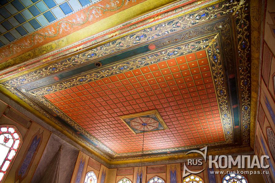 Расписной потолок в гостиной