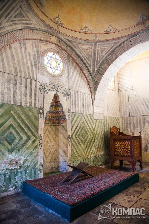 Михраб и подставка под коран в Малой Ханская мечети