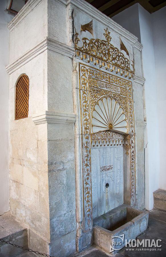 Золотой фонтан при входе в мечеть