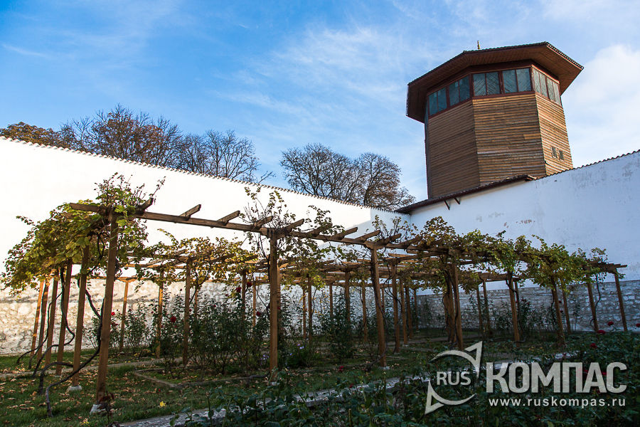 Внутренний садик и соколиная башня