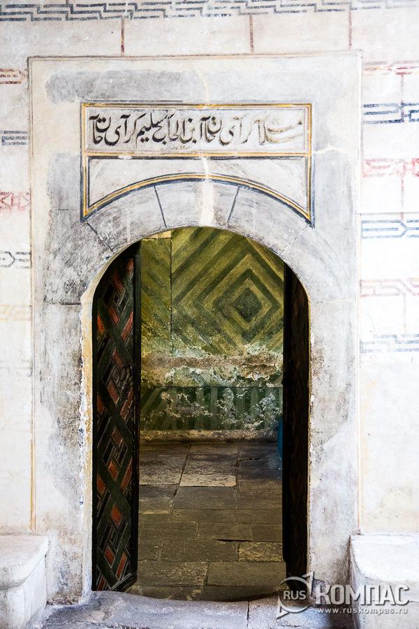 Вход в Малую Ханскую мечеть