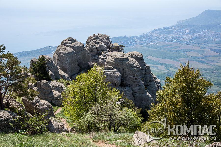 Скалы Чомачая в нижней части горы Аленга на Демерджи