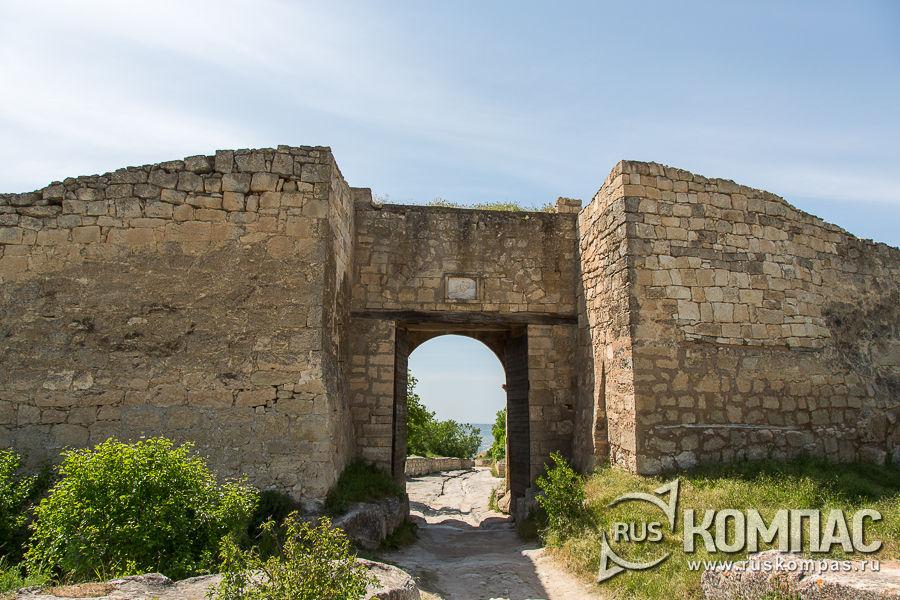 Восточные ворота Биюк-Капу (Большие ворота)