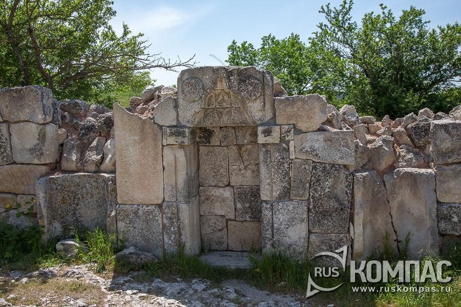 Остатки ханского дворца, мечети и монетного двора в Чуфут-Кале