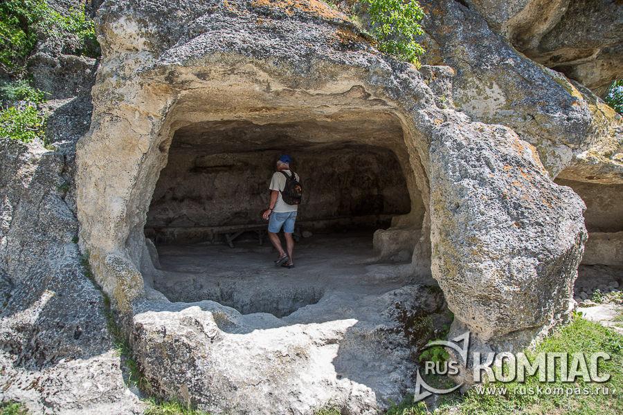 Хозяйственные пещеры у Южных (Малых) ворот в Чуфут-Кале