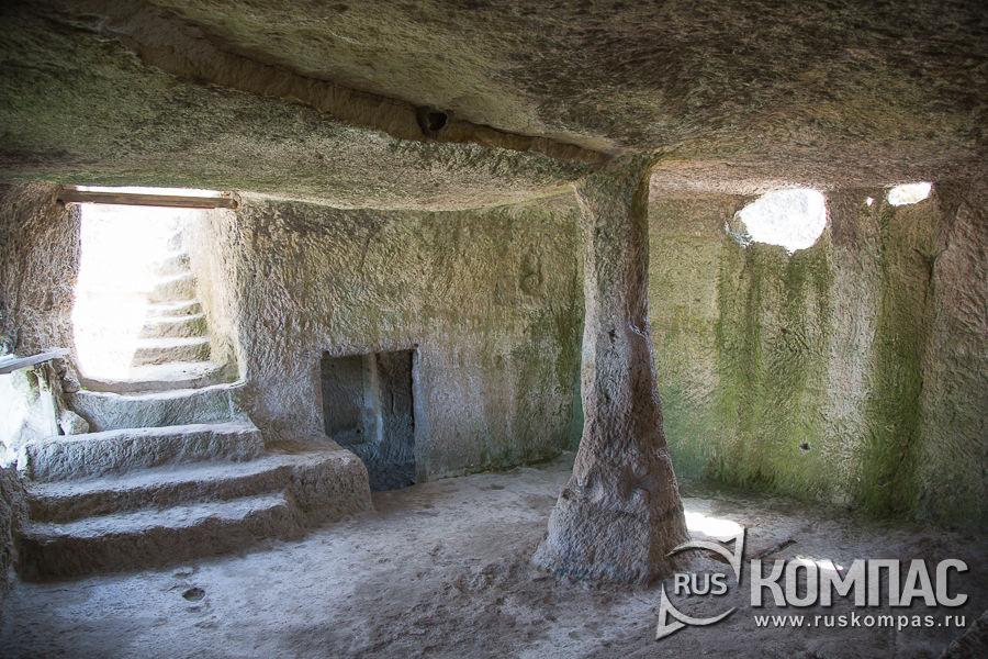 Верхняя меньшая пещера комплекса Чауш-Кобасы в Чуфут-Кале