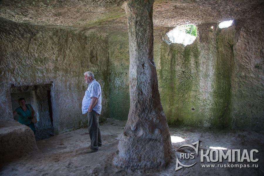 Подпорный столб для укрепления потолка в одной из пещер комплекса Чауш-Кобасы