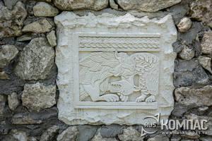 Украшение стены вдоль дороги от Успенского монастыря в сторону Чуфут-Кале