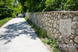 Стена вдоль дороги от Успенского монастыря в сторону Чуфут-Кале