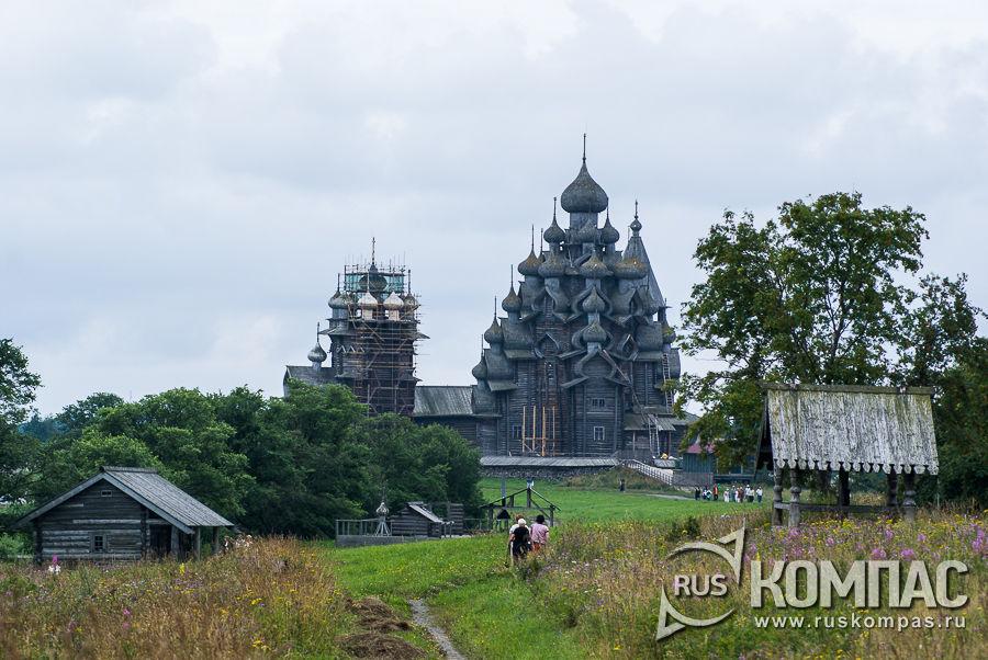 Вид на Преображенскую и Покровскую церкви на Кижском погосте