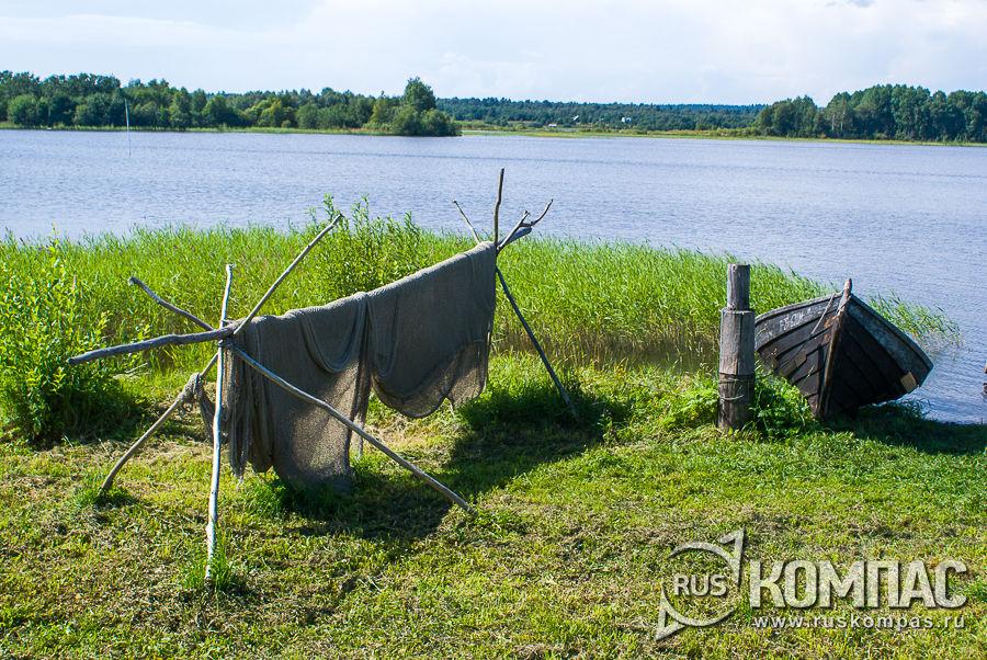 Лодка с сетями на берегу Онежского озера