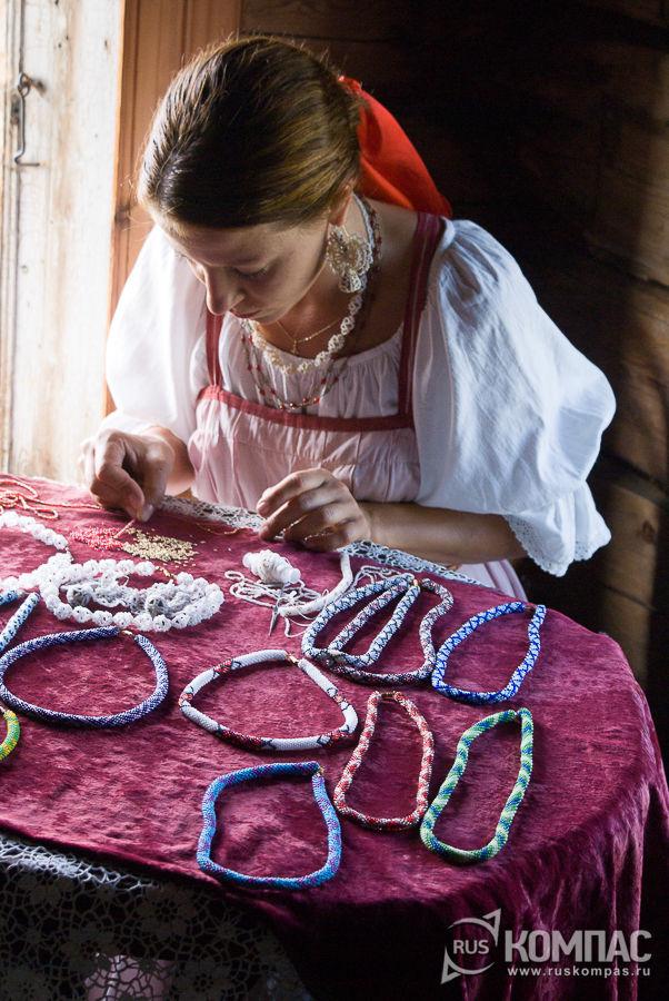 Изготовление традиционных украшений из бисера