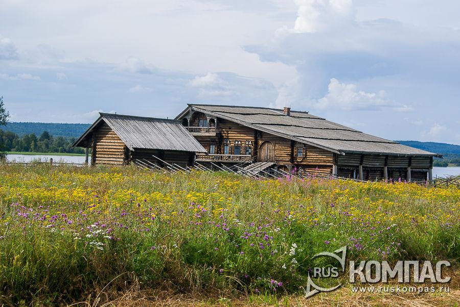 Вдалеке дом Ошевнева и амбар Судьина