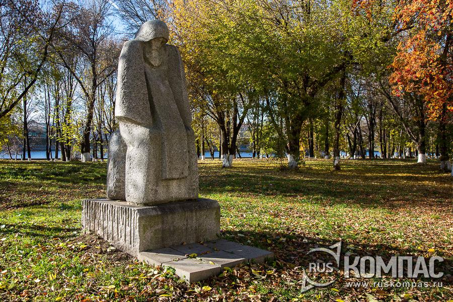 Памятник митрополиту Филиппу в парке на берегу Волги