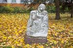 Парковая скульптура «Женщина в ребенком»