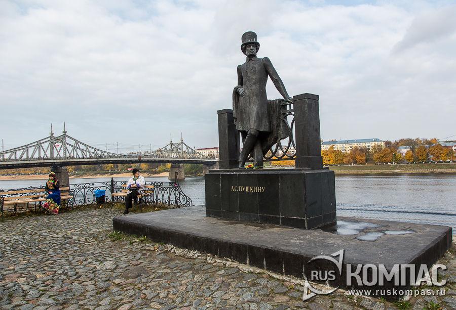 Памятник А.С. Пушкину на фоне Староволжского моста
