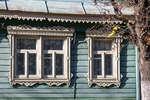 Двойное и одинарное окна с ажурными наличниками